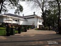 Taman sejarah ini memiliki relief mengai sejarah Bandung pada masa Wiranatasumah, Sang Pendiri Kota bandung. Taman ini juga bersebelahan dengan Bandung Planning Gallery.