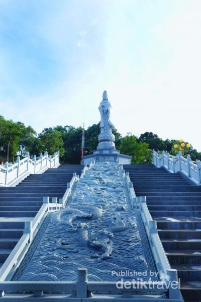 Kemegahan Patung Dewi Kwan Im berserta ornamen yang indah menghiasi tangga menuju patung.
