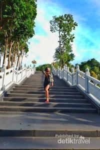 Beberapa anak tangga untuk menuju ke area Patung Dewi Kwan Im.