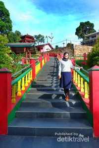 Anak tangga pertama yang menghubungkan pintu masuk dengan vihara Dewi Kwan Im.