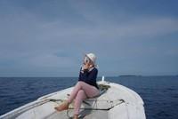 Berfoto di atas kapal sebelum menuju spot snorkeling
