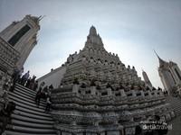 Banyak hal menarik yang bisa dijumpai traveller di kawasan Wat Arun