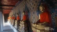 Terdapat banyak patung Buddha yang menghiasi area ini