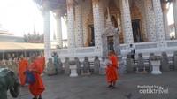 Bhiksu - bhiksu yang ada di Wat Arun