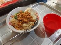 Mie ayam pangsit yang gurih dan nikmat pun juga tersedia disini
