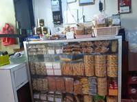 Di sini juga menjual aneka cemilan tradisional seperti kue kembang goyang dan aneka cemilan lain