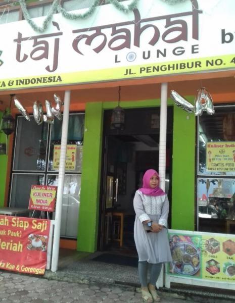 Papan nama restoran pun bergaya khas India
