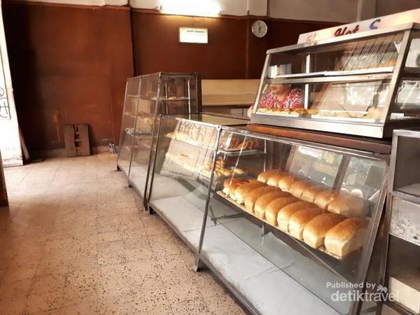 Deretan roti yang djual di Sumber Hidangan