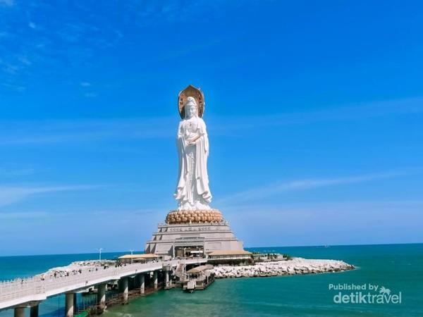Patung Dewi Kwan Im setinggi 108 meter terletak di  Nanshan Cultural  Tourism Zone