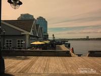 Deretan toko-toko dan bangunan bersejarah di Dermaga Pelabuhan Halifax.