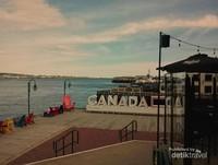 Suasana dari sisi samping ruang terbuka Hotel Marriott  di perairan Dermaga Pelabuhan Halifax.