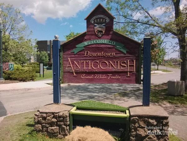 Papan Selamat Datang memasuki pusat kota Antigonish.