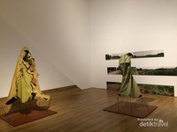 Karya seni Mella Jaarsma mengenai pakaian yang digunakan pada masa perang, yang dibedakan untuk orang kaya dapn orang miskin