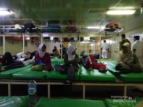 Kapal yang digunakan adalah KM Kelimutu yang melayani rute Semarang-Sampit, namun pada akhir pekan Kapal ini digunakan untuk rute Semarang-Karimunjawa. Kapal berangkat dari Pelabuhan Tanjung Emas Semarang pada hari Jumat jam 12 malam dan tiba di Karimunjawa jam 06.00