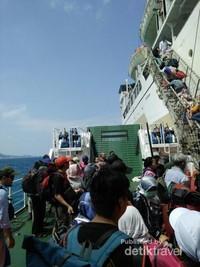 Kapal Kelimutu tidak dapat langsung bersandar di Pelabuhan Karimunjawa karena perairannya dangkal. Penumpang akan ditransfer menggunakan kapal yang lebih kecil.