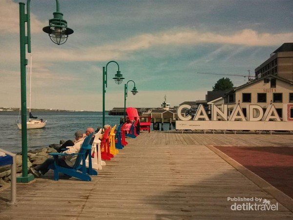 Detail suasana dari sisi samping ruang terbuka Hotel Marriott  di perairan Dermaga Pelabuhan Halifax.