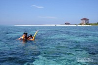 Snorkeling dengan background pulau jadi spot paling keren