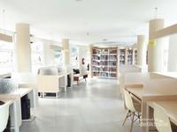 Walaupun kecil, ruangan perpustakaan didesain secara baik sehingga memberi kesan lapang.