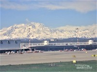 Mata dimanjakan dengan melihat langsung deretan bukit salju yang mengelilingi area bandara Internasional Milan Malpensa, Italy.