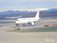Beberapa maskapai penerbangan internasional di landasan pacu diantara jajaran bukit salju yang mengelilinginya.