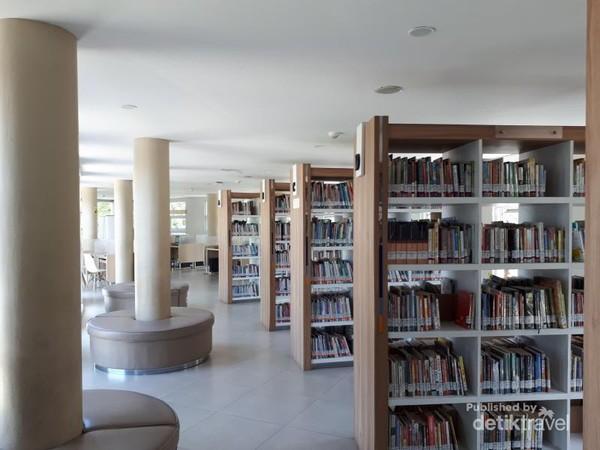 Deretan rak-rak buku yang diisi dengan beragam jenis buku mulai dari buku anak-anak, remaja, umum, hingga ensklopedia. Disediakan juga sofa-sofa yang mengitari tiang untuk membaca buku