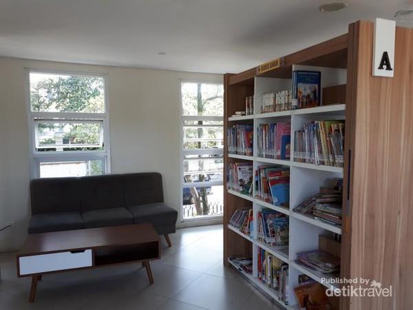 Rak yang berisi buku anak-anak, selain itu ada juga sofa yang bisa digunakan sambil membaca buku. Ruangan dibuat agar pengunjung merasa nyaman dengan  dengan adanya  pendingin udara dan fasilitas wifi gartis selama 60 menit
