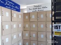 Loker dan rak sepatu atau sendal yang disediakan oleh perpustkaan. Tersedia sekitar 30 loker