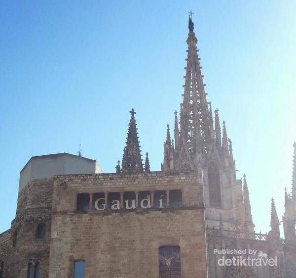 Katedral ini karya Antoni Gaudi, mengagumkan bukan?