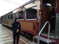 Pramugari menyapa dengan ramah kepada setiap penumpang yang masuk kereta