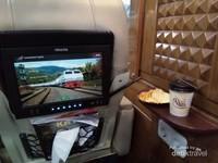Selama perjalanan, penumpang bisa menikmati hiburan yang tersedia melalui layar TV dengan ragam pilihan