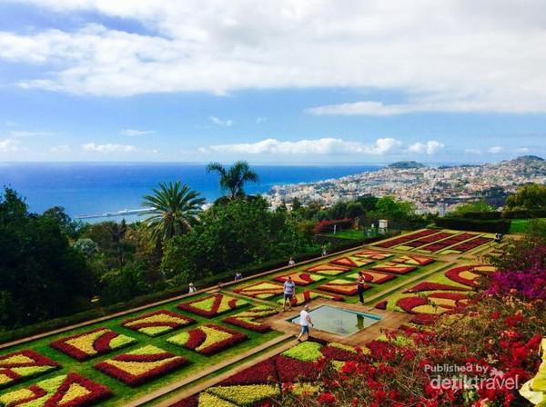 Pemandangan kebun raya Madeira yang menghadap ke samudera Atlantik