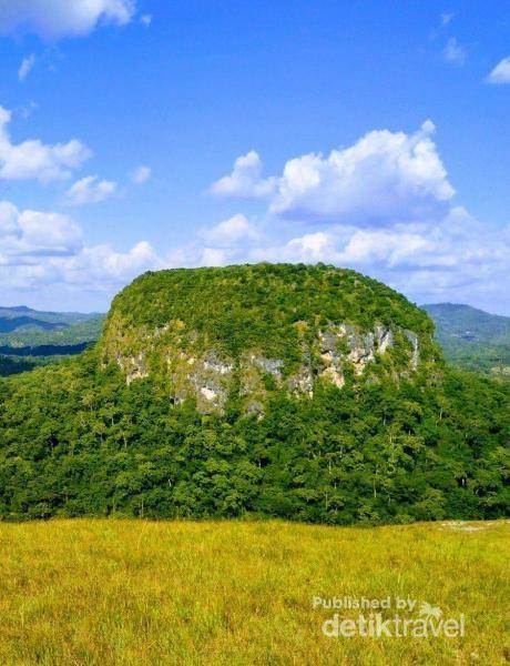 Bukit fatukopa yang dipercaya oleh masyrakat sebagai bahtera Nabi Nuh