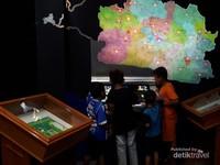 Monitor layar sentuh yang menampilkan tokoh-tokoh. Selain itu terdapat permainan puzzle menyusun kota dan kabupaten di Jawa Barat