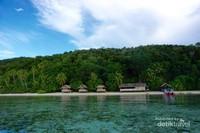 Beningnya air laut berlatar homestay di Pulau Mansuar