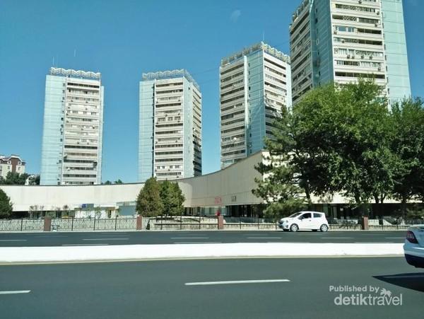 Gedung-gedung tinggi dengan jalanan lebar yang lengang.