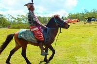 Salah satu peserta pesta rakyat sedang menunggang kuda.