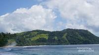 Dekat pantai terlihat bukit yang indah