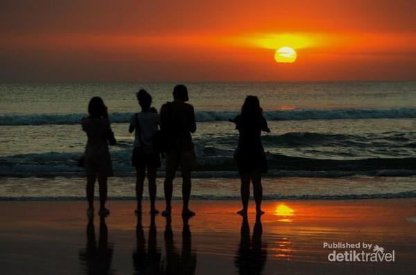 Menikmati tenggelamnya matahari di pantai kute