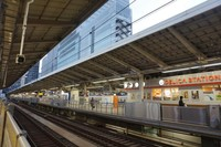 Tokyo Station melayani subway, kereta biasa dan Shinkansen, juga bus