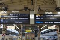 Terdapat papan informasi yang jelas mengenai keberangkatan kereta