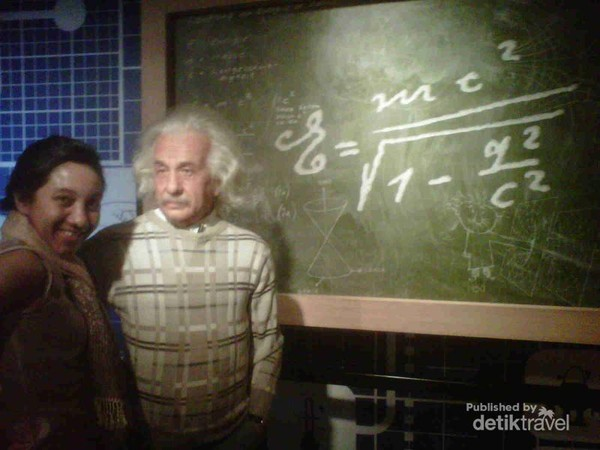 Berfoto dulu sama Einstein