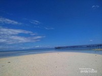 Hamparan pasir putih pantai Saleo