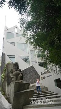 Gerbang museum terdapat patung Dwarapala