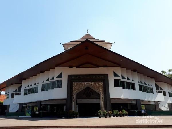 Di lahan yang sekarang menjadi Masjid Al Ukhuwah ini sempat berdiri Loji Sint Jan milik perkumpulan Freemasonry dan Graha Pancasila