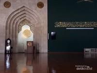 Mihrab dan dinding bagian depan yang bertuliskan ayat suci Al Quran. Lantai bagian dalam masjid ini terbuat dari kayu.
