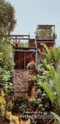 Bangkok tree house or caffe in jungle. Melepas lelah bersepeda, dengan secangkir minuman lezat dan pemandangan hijau yang indah.