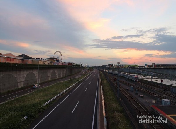 Senja di penghujung Stasiun Inzai Makinohara