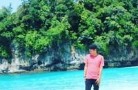 Saya di pulau Mincau dengan laut serta tebingnya yang masih bersih dan alami