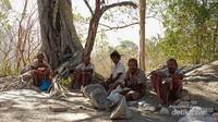 Para petani dari suku Botti sedang berteduh setelah berkebun.