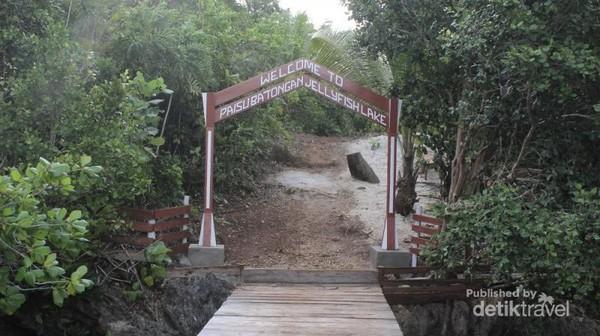 Gerbang masuk menuju danau ubur-ubur